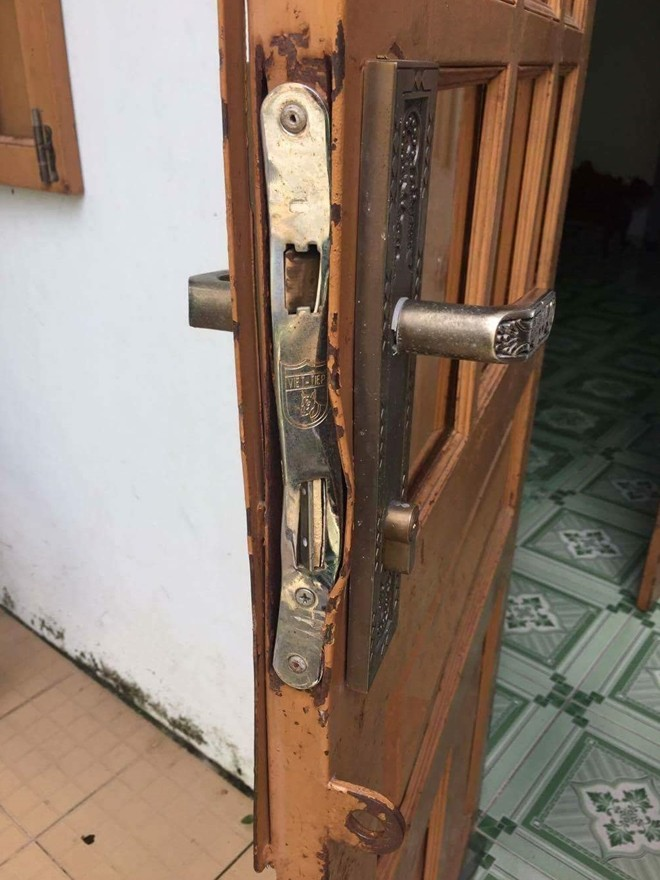 Khóa cửa bị tên trộm phá hỏng
