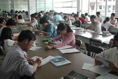 Thay vì lướt web, TSKH Đoàn Hương khuyên giới trẻ nên dành nhiều thời gian để đọc sách để trang bị cho bản thân thêm nhiều kiến thức (Ảnh minh họa)