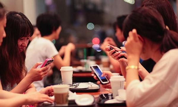 """TSKH Đoàn Hương cho rằng, giới trẻ hiện nay dành quá nhiều thời gian để """"lướt"""" facebook (Ảnh mang tính chất minh họa)"""