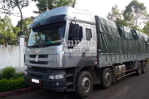 Chiếc xe ô tô tải chở gỗ lậu bị phòng Cảnh sát môi trường, Công an tỉnh Đắk Lắk bắt giữ