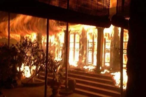 Ngọn lửa thiêu rụi toàn bộ gian nhà Tổ của ngôi chùa cổ Tĩnh Lâu (Ảnh: Otofun)