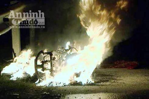 Hiện trường nơi chiếc xe máy bốc cháy (Ảnh: V.K)