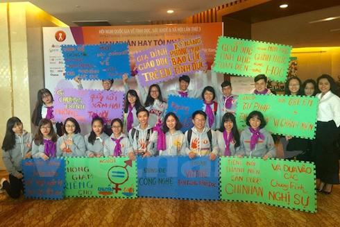 Các bạn sinh viên với những khẩu hiệu, thông điệp tại hội nghị quốc gia về tình dục, sức khỏe và xã hội
