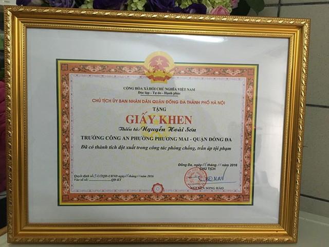 Ngày 28-11, Chủ tịch UBND quận Đống Đa đã tặng Giấy khen cho Thiếu tá Nguyễn Hoài Sơn