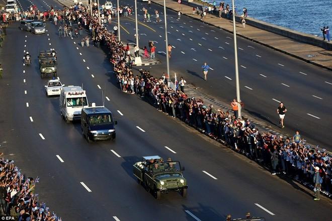 Người dân tập trung quanh đại lộ Malecon để tiễn lãnh tụ Fidel. Tuyến đường được thiết kế nhằm tái hiện lại những con đường mà Fidel và các đồng đội đã đi qua sau khi lật đổ thành công nhà độc tài Batista năm 1959. Ảnh: EPA.