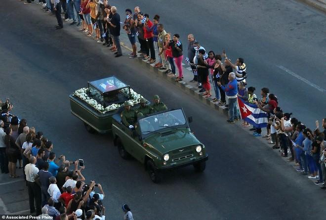 Ngày 30-11 (giờ địa phương, sáng 1-12 giờ Hà Nội), đoàn xe chở tro cốt lãnh tụ Fidel Castro xuất phát đưa ông về nơi an nghỉ tại thành phố Santiago ở miền Đông. Ảnh: AP.