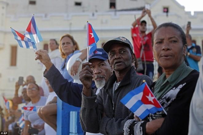 Bác thợ mộc Rene Mena, 58 tuổi, nói mẹ từng đưa ông ra đại lộ Malecon để đón đoàn quân chiến thắng của Fidel vào năm 1959. Ngày 30-11, ông cũng trở lại đây để đưa tiễn nhà lãnh đạo. Ảnh: AP.