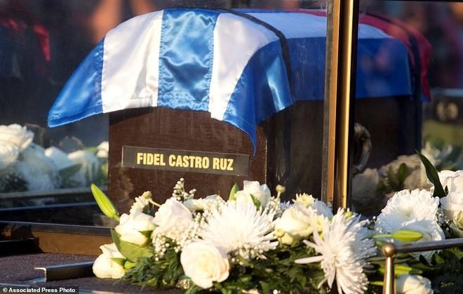 Quan tài đựng tro cốt của lãnh tụ Fidel Castro. Thời điểm đoàn xe đến Santiago cũng sẽ kết thúc 9 ngày quốc tang dành cho ông Fidel. Ảnh: AP.