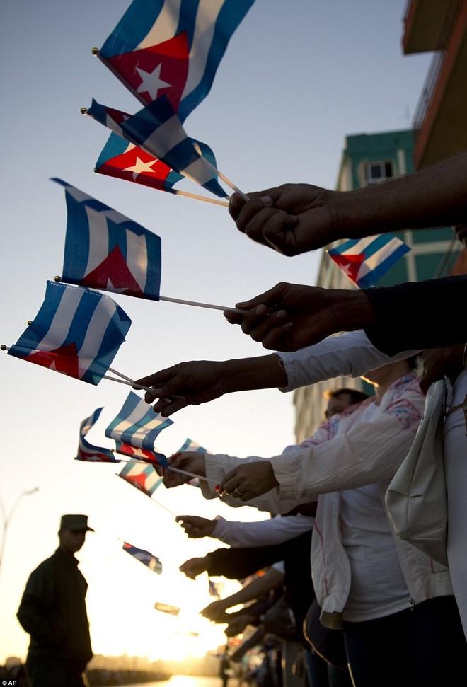 Hàng nghìn người dân Cuba xếp hàng dọc những đoạn đường mà đoàn xe đi qua để đưa tiễn lãnh tụ Fidel, người đã lãnh đạo đất nước Cuba trong 50 năm. Ảnh: AP.