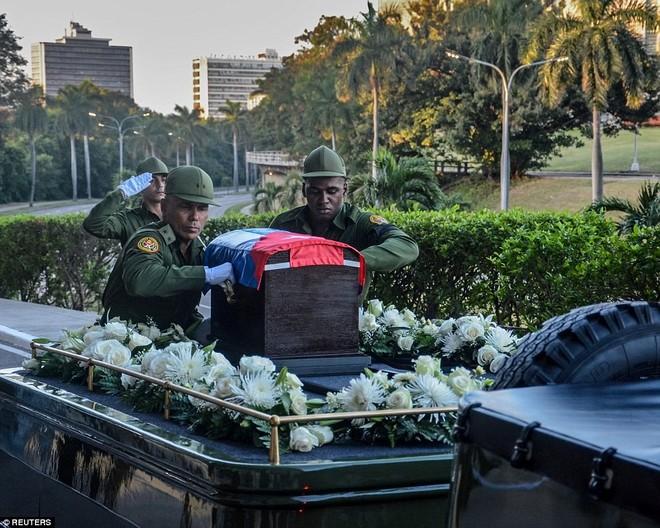 Tro cốt của lãnh tụ Fidel được đặt trong một quan tài gỗ có quốc kỳ Cuba phủ trên. Đoàn xe xuất phát từ trụ sở Bộ Quốc phòng ở thủ đô Havana, dự kiến kết thúc hành trình 800 km trong 4 ngày. Ảnh: Reuters.
