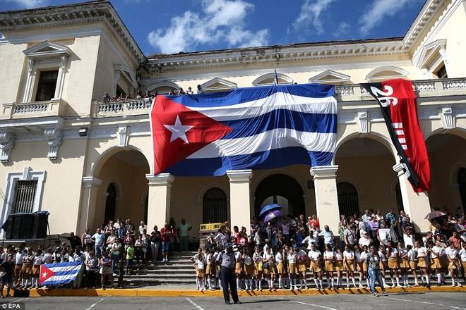 Người dân Cuba ở tỉnh Mantazas chờ đón đoàn xe chở tro cốt lãnh tụ Fidel. Ảnh: EPA.