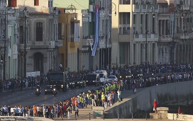 Đoàn xe đi qua tuyến đường ven biển Malecon nổi tiếng ở thủ đô Havana. Ảnh: Reuters.