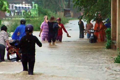 Những ngày này nước lũ gây ngập nhiều tuyến đường nông thôn ở Quảng Ngãi, gây khó khăn cho người và các phương tiện tham gia giao thông