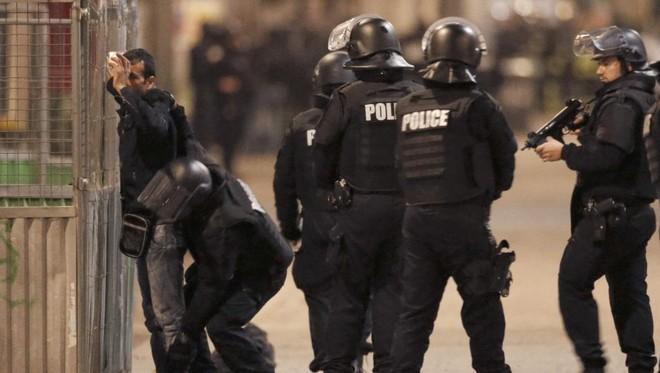 Cảnh sát Pháp tuần tra tại vùng Saint Denis, ngoại ô Paris (Ảnh: Reuters)
