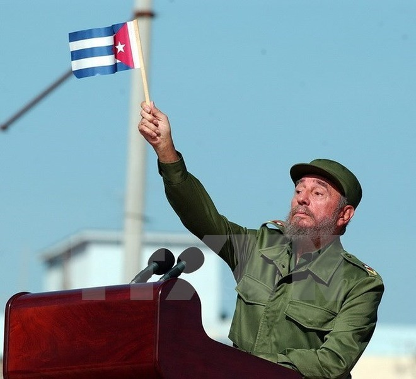 Lãnh tụ Cuba Fidel Castro phát biểu trước hàng nghìn người dân bên ngoài Văn phòng đại diện quyền lợi của Mỹ ở La Habana (Cuba) ngày 21-6-2004. (Nguồn: EPA/TTXVN)