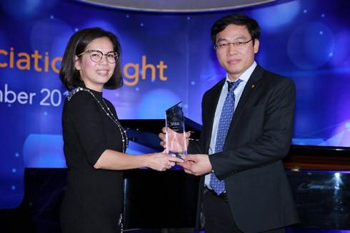 Ông Đinh Văn Chiến - Phó Tổng Giám đốc - Giám đốc Khối Ngân hàng cá nhân của TPBank thay mặt Ngân hàng nhận giải thưởng từ Visa
