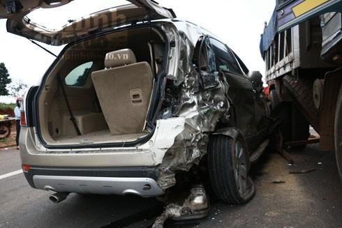Xe ô tô 7 chỗ bị biến dạng sau cú đâm mạnh