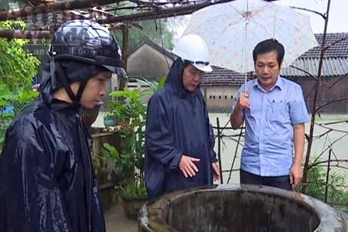 Cán bộ ngành y tế Quảng Ngãi đến khu dân cư kiểm tra nước giếng sử dụng sinh hoạt của người dân