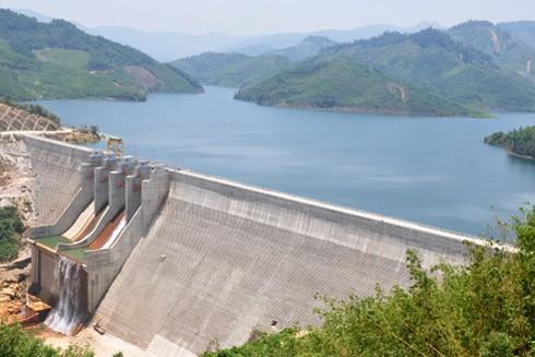 Đập chính và vùng lòng hồ công trình thủy điện Đăkđrinh (Quảng Ngãi)
