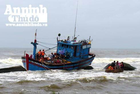 Một tàu cá gần bị chìm tại vùng biển Phổ Thạnh, Đức Phổ, Quảng Ngãi
