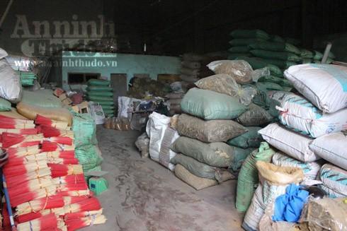Xưởng sản xuất chứa nhiều bột hương, tăm tre cùng hương thành phẩm với nguy cơ bắt cháy nhanh và rộng