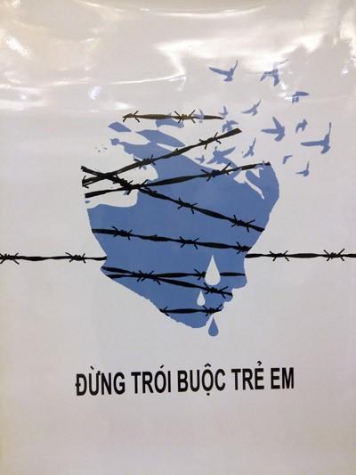 """Tác phẩm """"Dây thép gai"""" của tác giả Nguyễn Ngọc Hân với thông điệp """"Hãy gỡ bỏ sợi """"dây thép gai"""" của sự ngược đãi đang giam cầm trẻ em""""."""