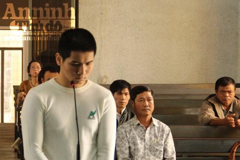Bị cáo Phạm Linh Lung đứng trước vành móng ngựa