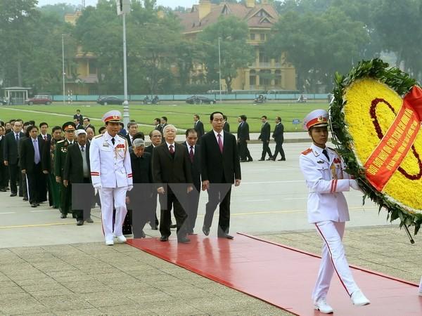 Đoàn đại biểu Lãnh đạo Đảng, Nhà nước, Mặt trận Tổ quốc Việt Nam, cơ quan Bộ, Ban, ngành ở Trung ương và Hà Nội đến đặt vòng hoa và vào Lăng viếng Chủ tịch Hồ Chí Minh. (Ảnh: Nguyễn Dân/TTXVN)