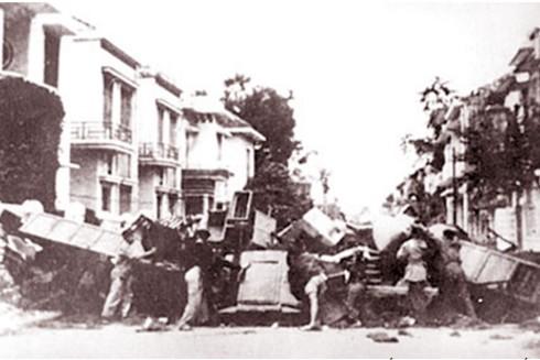 Công an và lực lượng vũ trang Hà Nội cùng nhân dân dựng chiến lũy trên đường phố Thủ đô chống giặc Pháp trở lại xâm lược