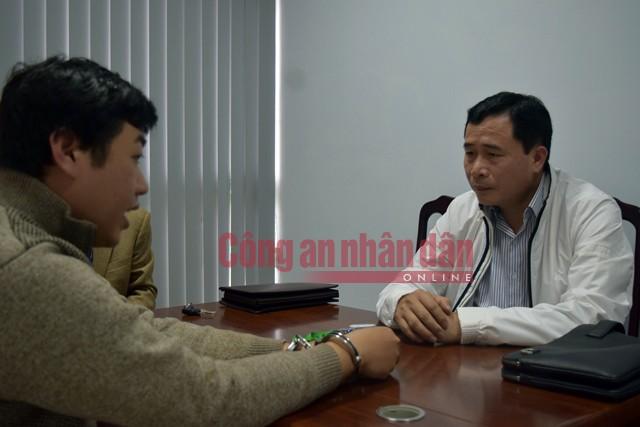 Đại tá Lê Quốc Hùng, Giám đốc Công an tỉnh Thừa Thiên- Huế (bên phải) trực tiếp lấy lời khai đối tượng Tâm