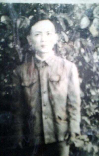 Bức ảnh kỷ niệm duy nhất về cha mà ông Hạnh giữ được (Ảnh nhân vật cung cấp)
