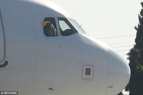 Ảnh chụp một kẻ được cho là không tặc khi còn ở trong buồng lái máy bay
