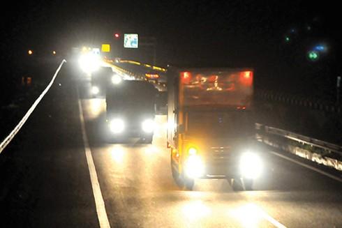 Đường cao tốc không có đèn, chỉ có thiết bị phản quang