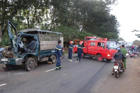 Lực lượng cứu nạn cứu hộ tỉnh Đắk Lắk cùng người dân tổ chức cấp cứu người bị nạn