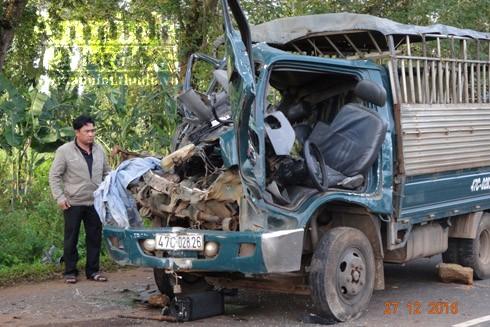 Đầu chiếc xe ô tô tải BKS 47C- 028.26 bị bẹp dúm sau cú đâm mạnh