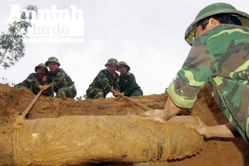 Quả bom ký hiệu MK82 nằm sâu dưới lòng đất được tìm thấy ở huyện Đông Hòa, tỉnh Phú Yên