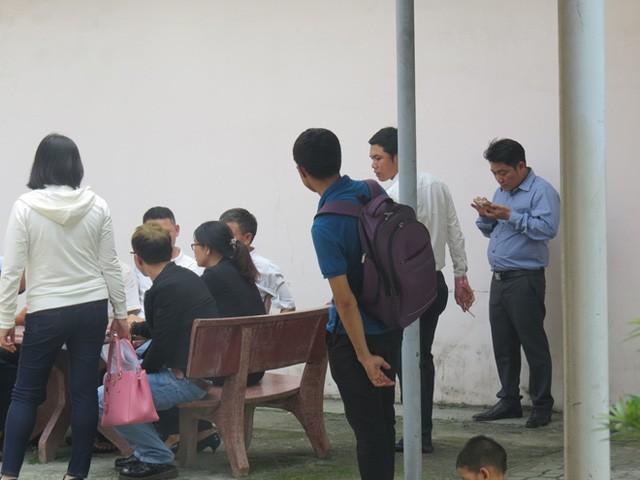 Nhiều nạn nhân của Hằng ngồi chờ đến lượt làm việc với cơ quan điều tra