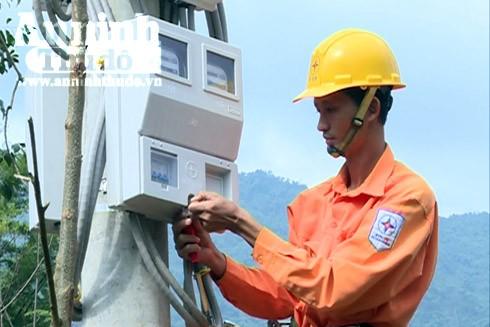 Mắc công tơ điện tại thôn Hy Long, xã Ba Điền, huyện Ba Tơ (Quảng Ngãi)