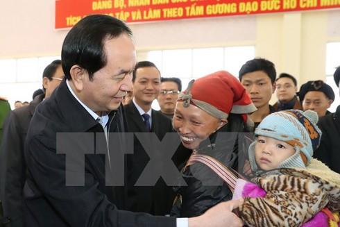 Chủ tịch nước Trần Đại Quang thăm hỏi, tặng quà, chúc Tết bà con các dân tộc xã Bản Khoang, huyện Sa Pa. (Ảnh: Nhan Sáng/TTXVN)