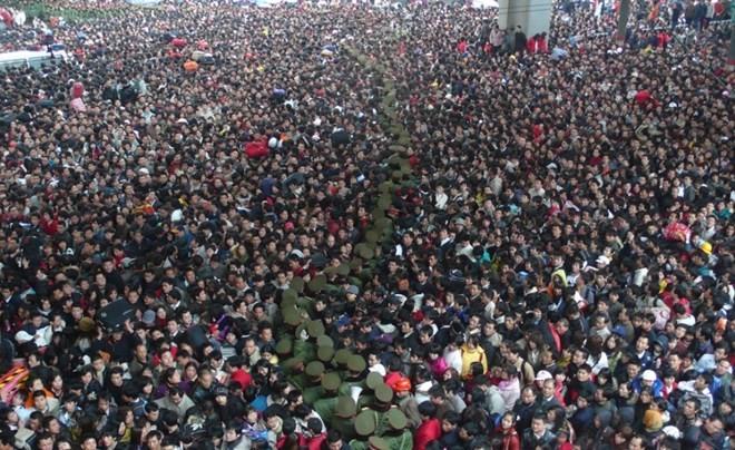 """Hình ảnh """"khủng khiếp"""" từ cuộc di cư về quê ăn Tết của người Trung Quốc ảnh 2"""