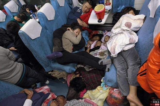 """Hình ảnh """"khủng khiếp"""" từ cuộc di cư về quê ăn Tết của người Trung Quốc ảnh 4"""