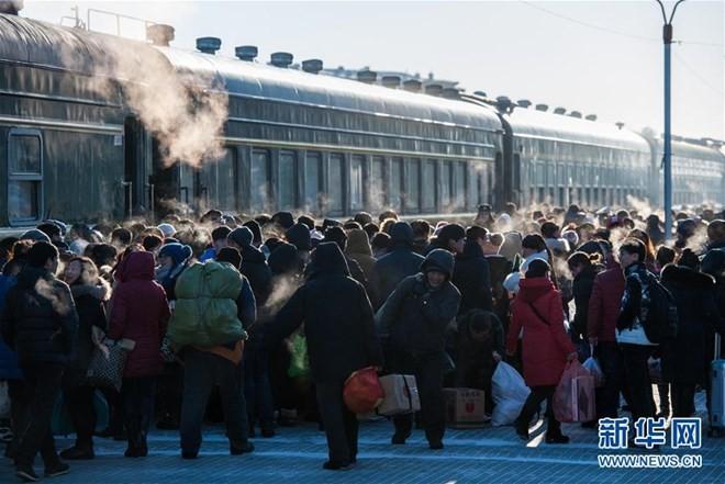 """Hình ảnh """"khủng khiếp"""" từ cuộc di cư về quê ăn Tết của người Trung Quốc ảnh 6"""