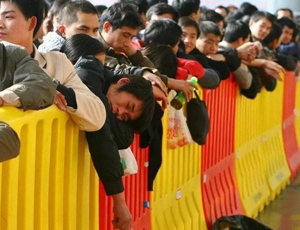 """Hình ảnh """"khủng khiếp"""" từ cuộc di cư về quê ăn Tết của người Trung Quốc ảnh 9"""