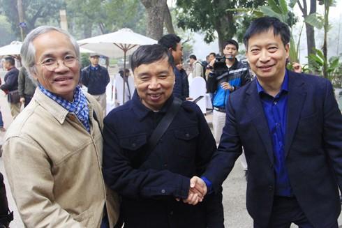 Tổng biên tập Báo An ninh Thủ đô Nguyễn Thanh Bình (bên phải) và những người bạn thân thiết của Báo