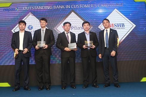 Ông Đinh Văn Chiến - Phó TGĐ, GĐ Khối Ngân hàng Cá nhân đại diện TPBank nhận giải thưởng từ Napas
