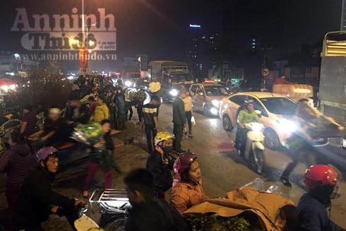 Trắng đêm ở chợ hoa Quảng Bá ngày cận Tết ảnh 9