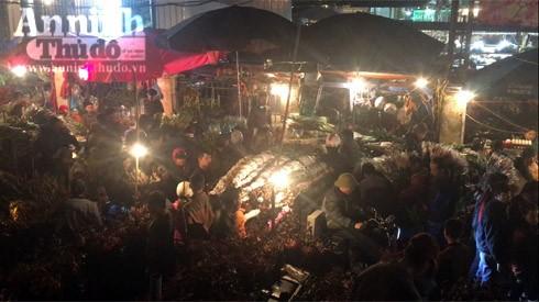 Trắng đêm ở chợ hoa Quảng Bá ngày cận Tết ảnh 2