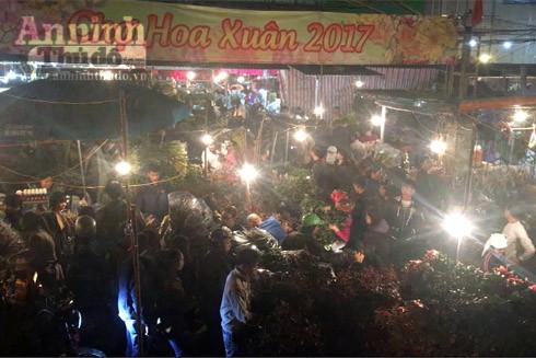 Trắng đêm ở chợ hoa Quảng Bá ngày cận Tết ảnh 1