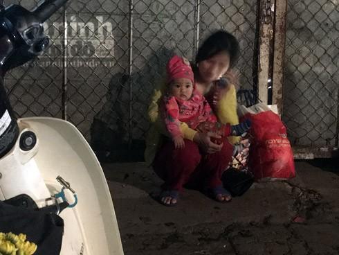 Trắng đêm ở chợ hoa Quảng Bá ngày cận Tết ảnh 8