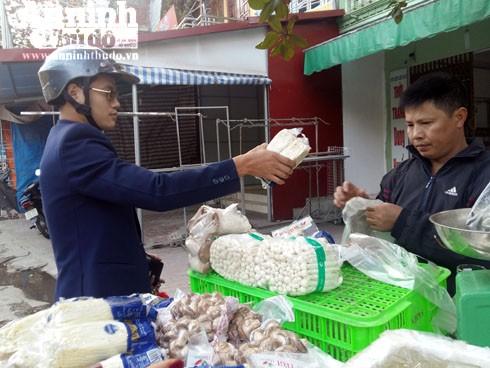 Chợ sớm đầu năm, rau củ quả đắt gấp đôi ngày thường